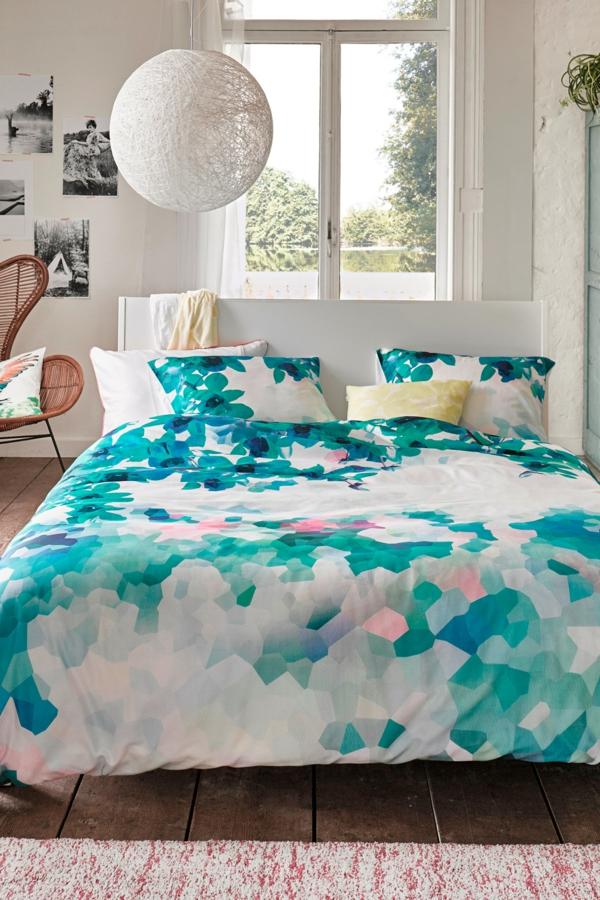 schlafzimmer-inspiration- schlafzimmer-gestalten-schöne-bettwäsche--in-grün-und-blau