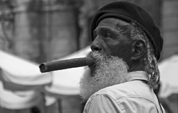 schwarz-weiß-Fotografie-alter-Man-in-Havana-Cuba-Zigarre