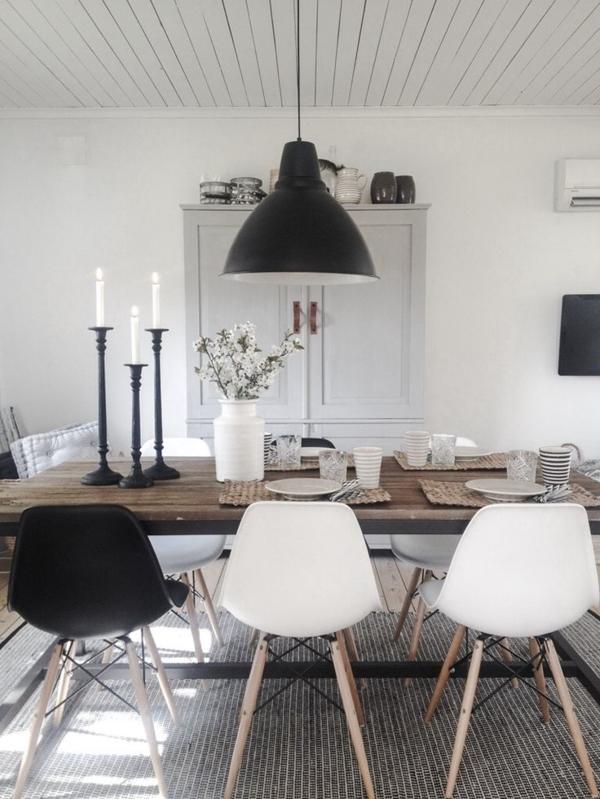 schwarz-weiße-rustikale-Küche-industriale-Leuchte-Kerzen-hölzerner-Tisch-Stühle-weißer-Schrank