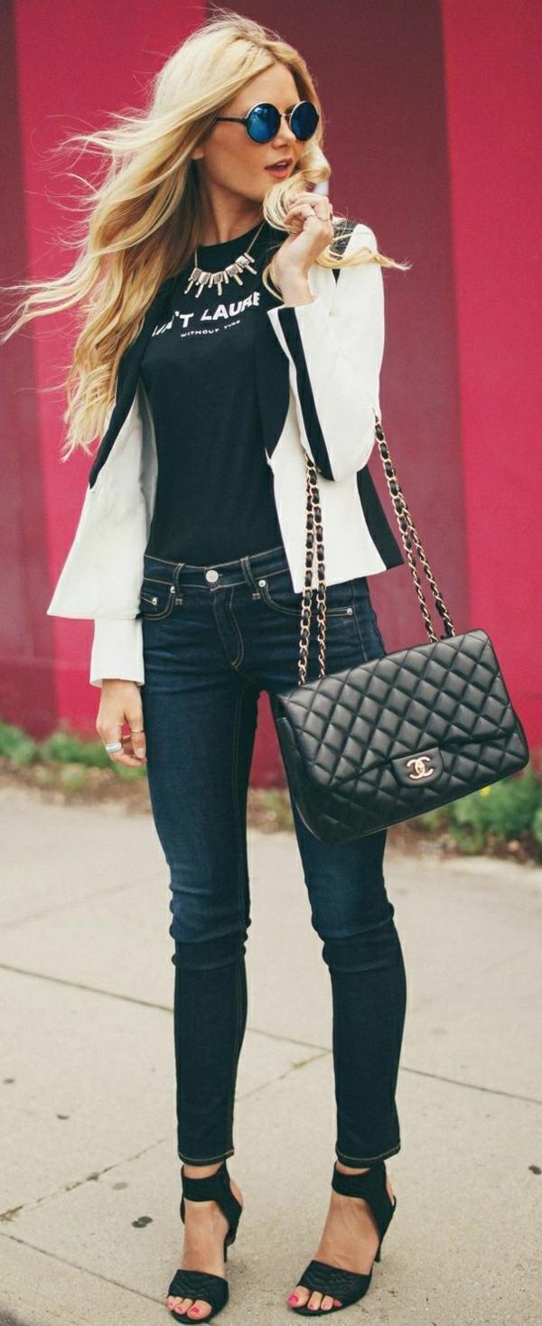 schwarze-Chanel-Tasche-Jeans-T-Shirt-Sakko-Sandalen