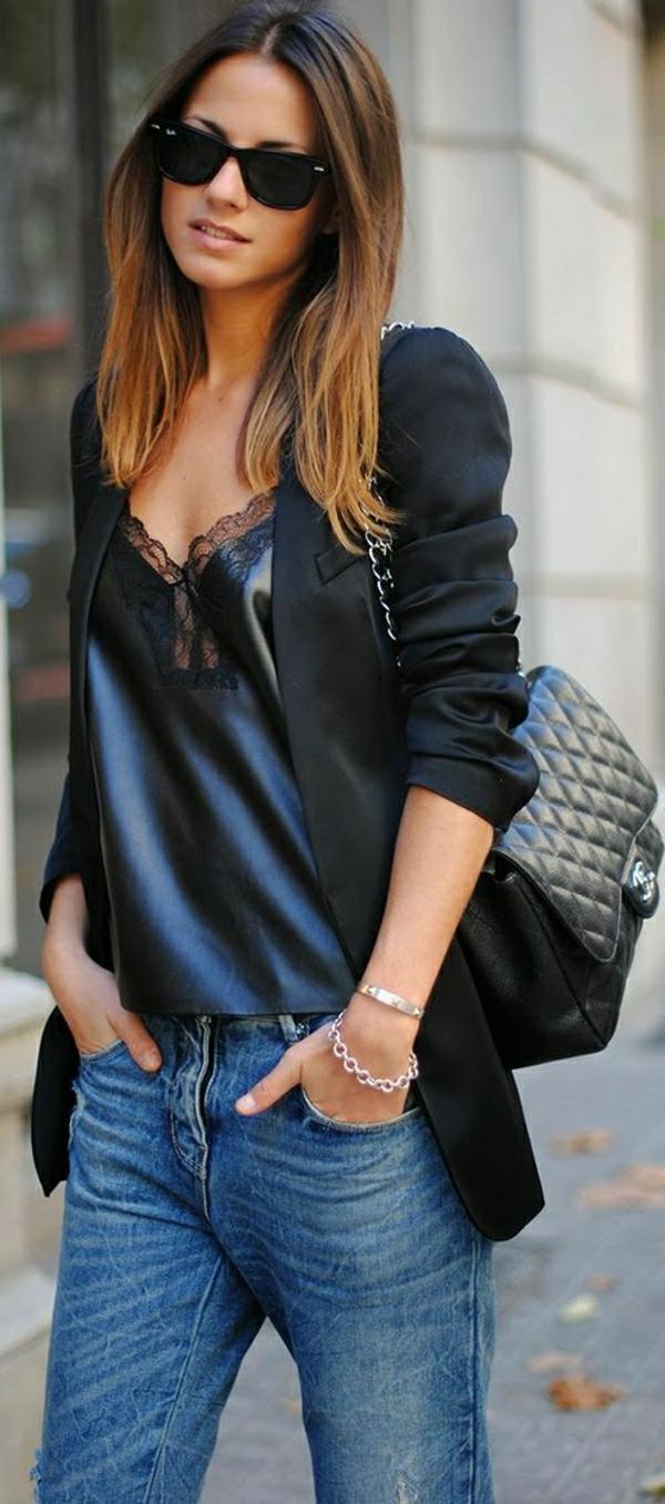 schwarze-Chanel-Tasche-Sakko-Jeans-Top-aus-Satin