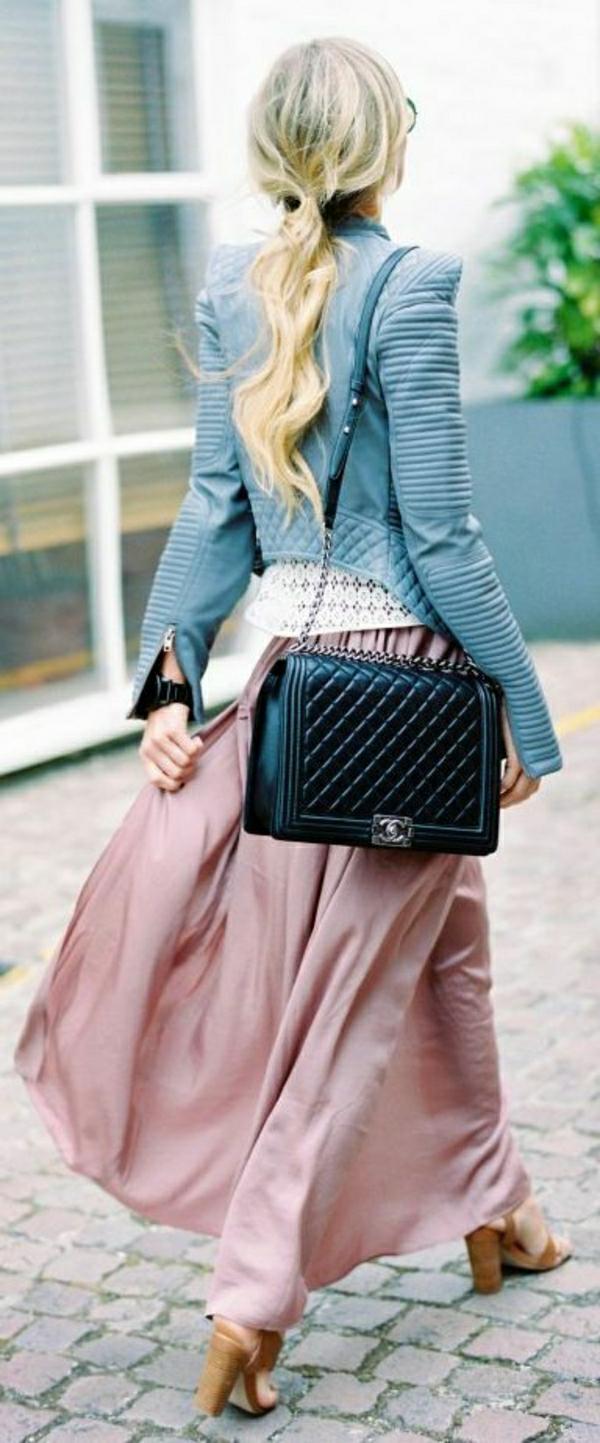 schwarze-Chanel-Tasche-rosa-Rock-blaue-Lederjacke-Sandalen