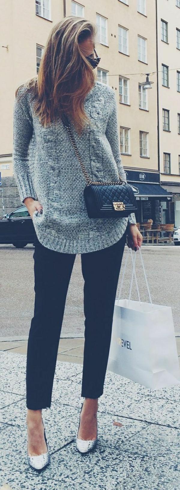 schwarze-Hosen-grauer-Pullover-Stöckelschuhe-Umhängetasche-Chanel