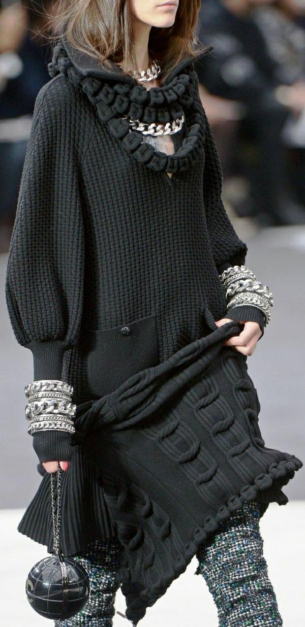 schwarzer-Pullover-Wollhosen-Chanel-Kugeltasche