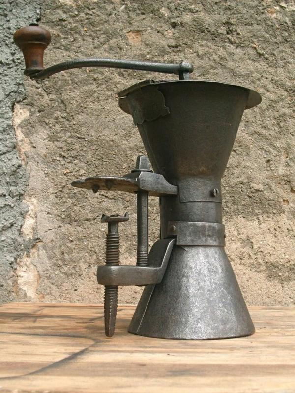 sehr-alte-französiche-Kaffee-Mühle-aus-Eisen