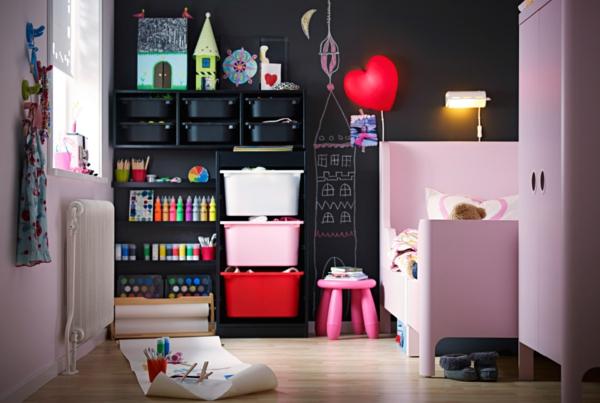 sichere-gestaltung-vom-kinderzimmer-rosige-elemente und schwarze wandgestaltung