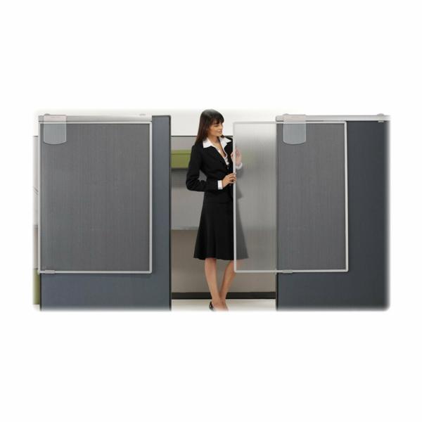 sichtschutz-büro-eine-elegant-angekleidete-frau