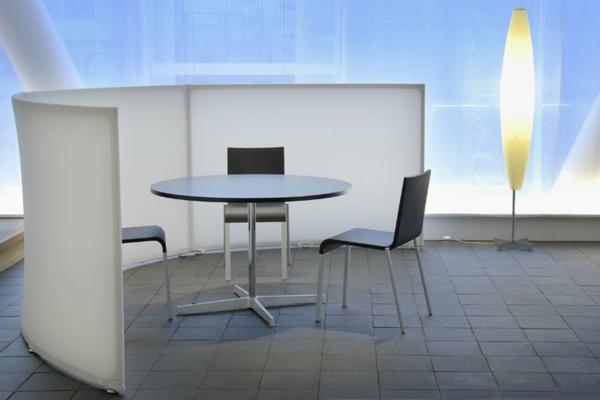 sichtschutz-büro-weiße-wand-modernes-aussehen-sehr-cool