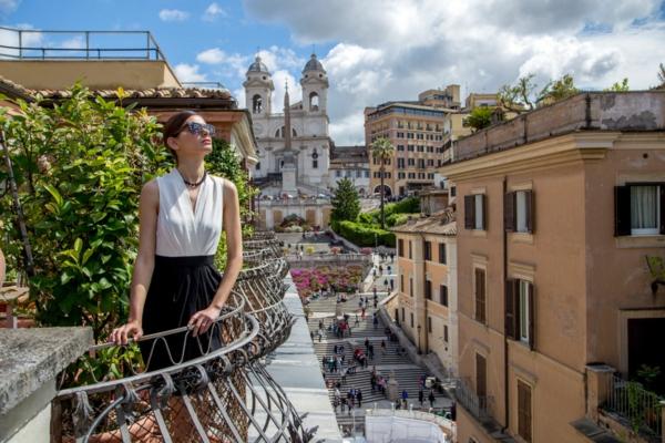 spanische-treppe-eine-frau-auf-dem-balkon - cooles bild