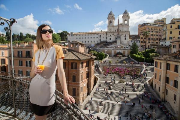 spanische-treppe-eine-frau-auf-der-terrasse