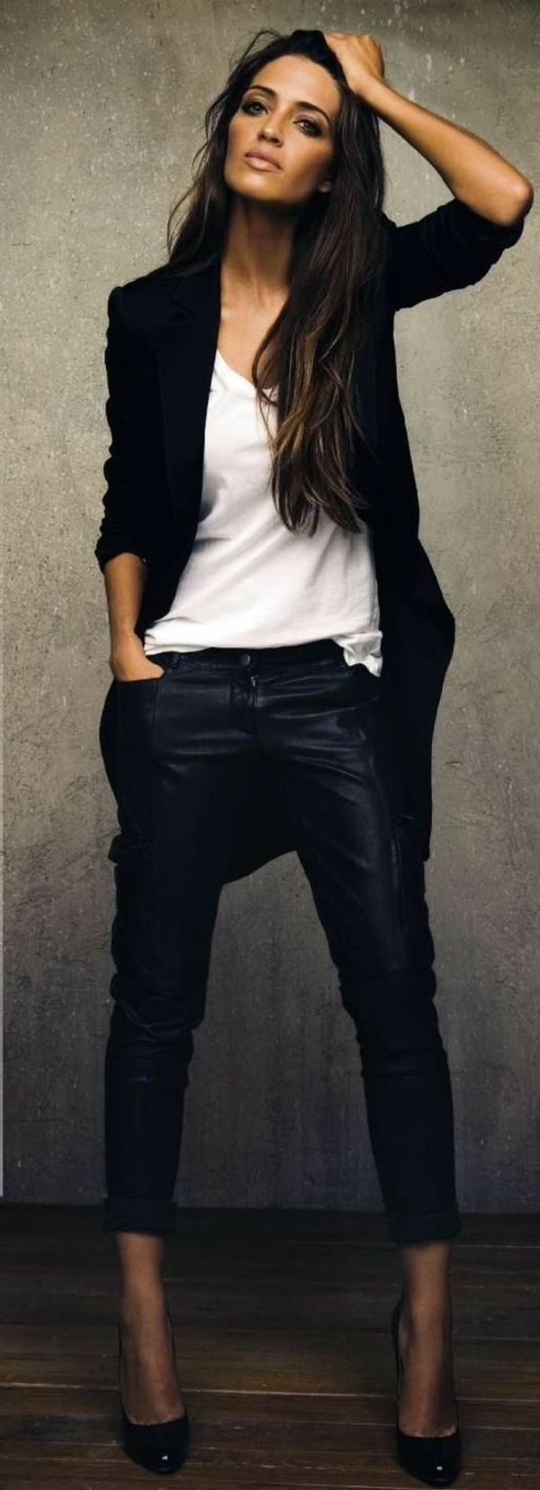 styling-für-lange-haare-schick-aussehende-frau-mit-kleidung-in-schwarz-und-weiß