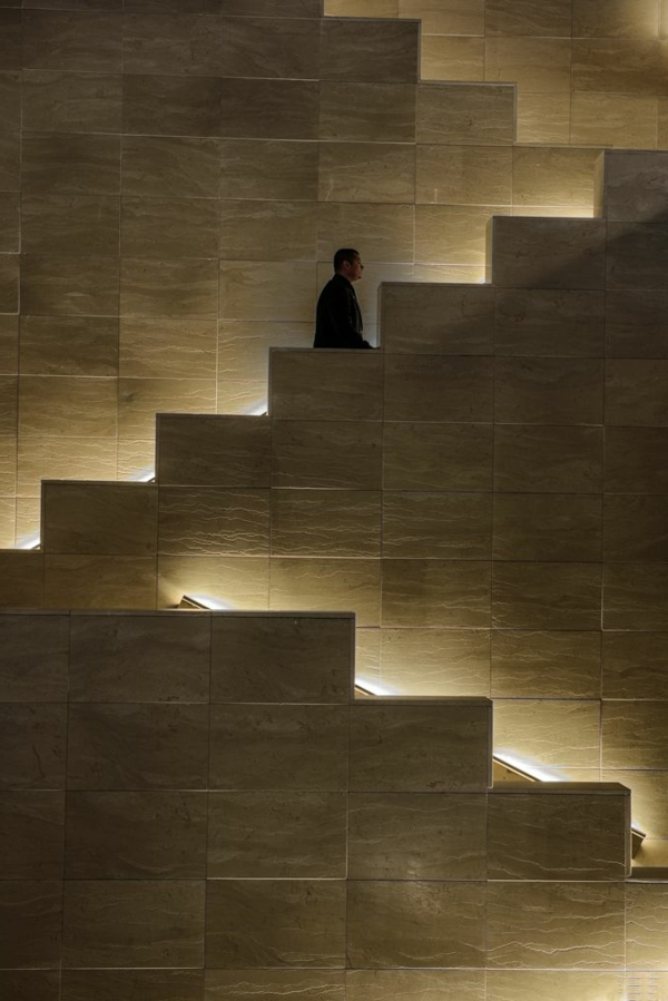 super-auffällige-treppen-beleuchtung - schöne beige farbe