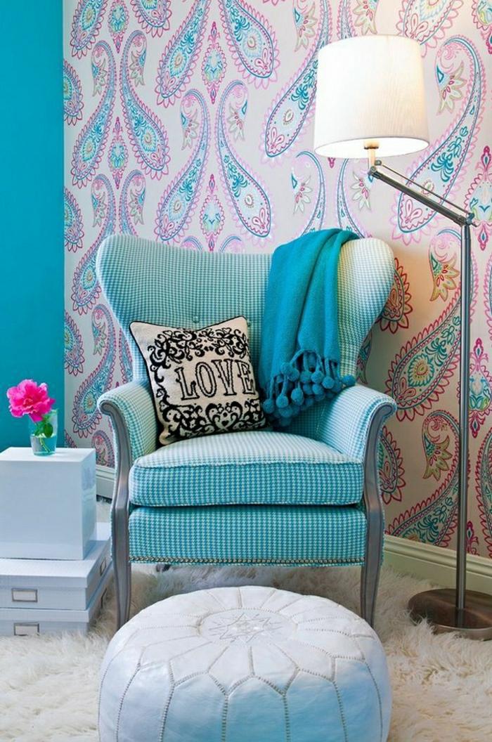 türkisblaue-Wand-moderne-Tapeten-Gestaltung-Boho-Chic-Elemente-Sessel-Kisse