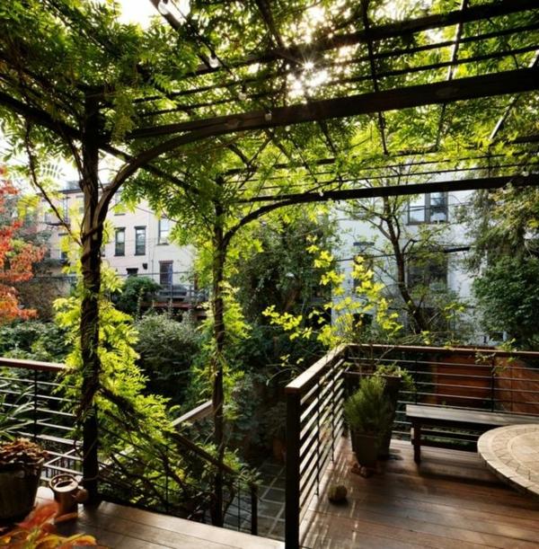 TerrassenUberdachung Holz Design ~ tolle grüne terrasse mit attraktiver überdachung