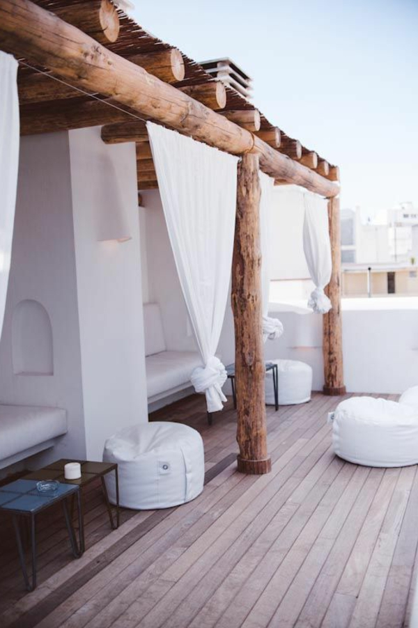 terrassenüberdachung-aus-holz-interessante-hölzerne-säule