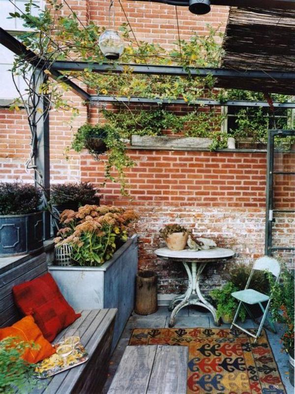 terrassenüberdachung-aus-holz-schöne-dekorative-pflanzen