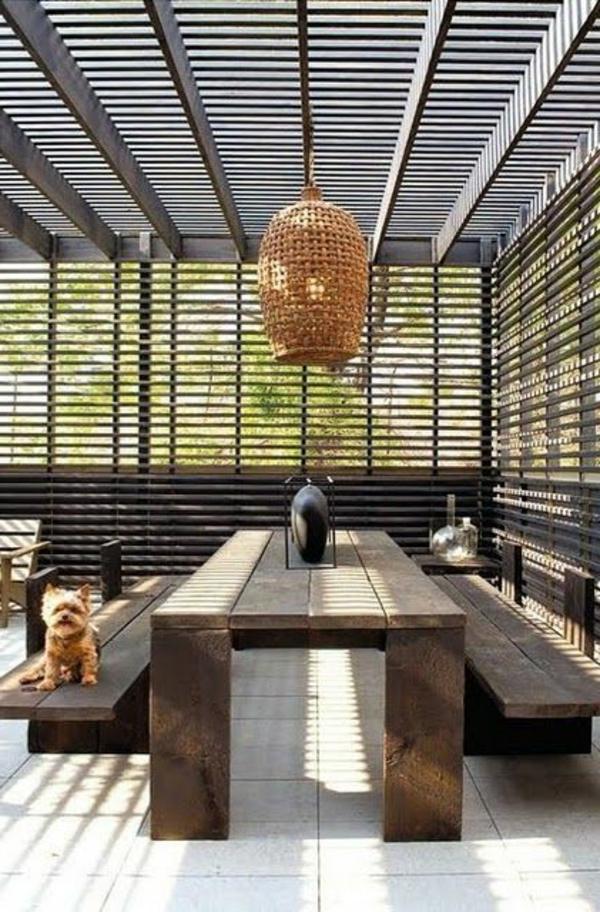 terrassenüberdachung-aus-holz-tolles-modell-vom-tisch-und-moderner-kronleuchter