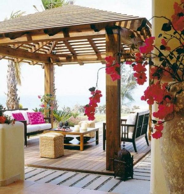terrassenüberdachung-aus-holz-viele-schöne-blumen-säule