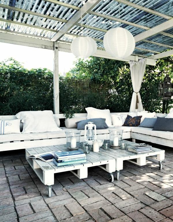 terrassenüberdachung-aus-holz-weiße-gestaltung-coole-möbel