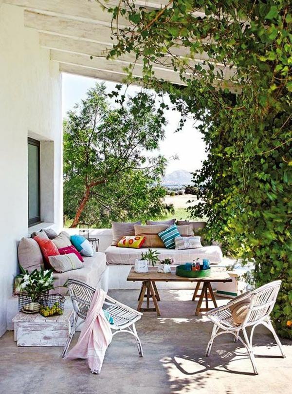 terrassenüberdachung-aus-holz-weiße-möbelstücke