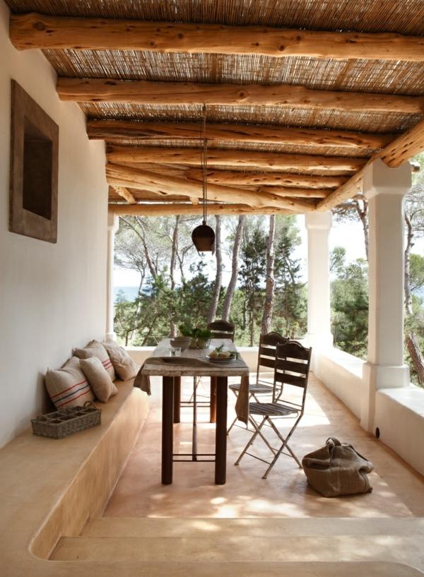 terrassenüberdachung-aus-holz-weiße-säule-super-ausstattung