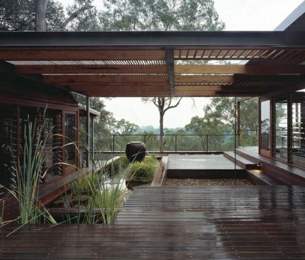terrassenüberdachung-aus-holz-weitäufiger-raum