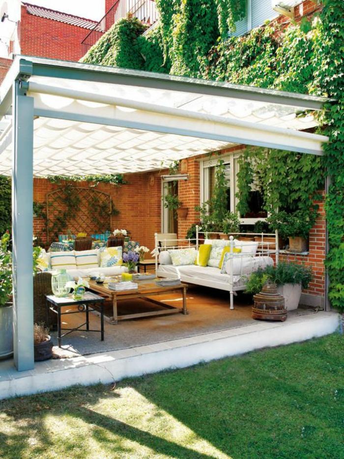 terrassenüberdachung-grünes-gras-im-garten