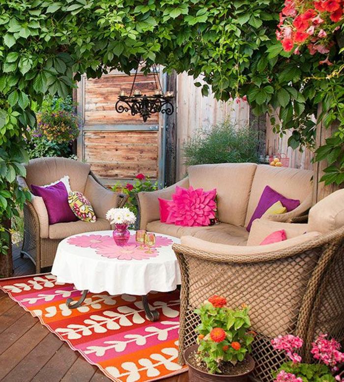 terrassenüberdachung-süßer-sesser-und-bunter-teppich