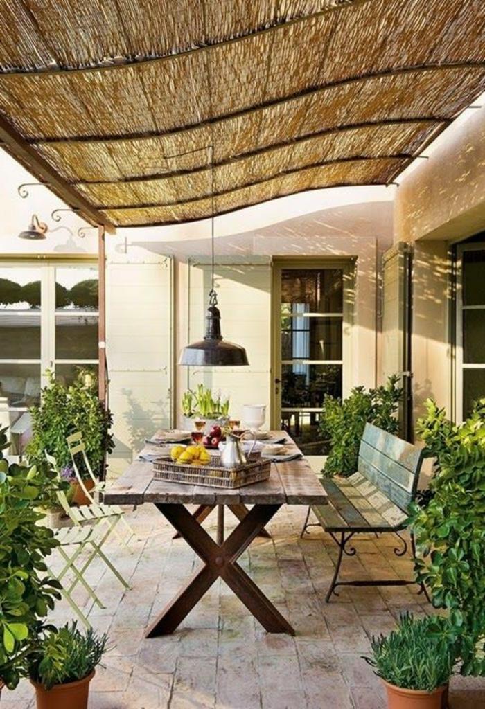 terrassenüberdachunghölzerner-tisch-darunter