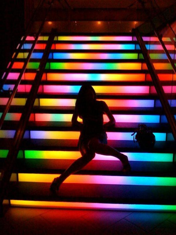 treppen-beleuchtung-bunte-farben-figur-eines-mädchens