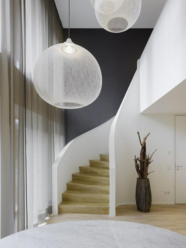 treppen-beleuchtung-extravagante-hängende-lampen - tolles aussehen