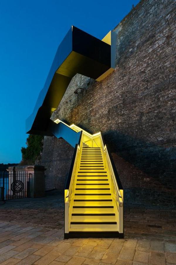 treppen-beleuchtung-in-gelber-farbe - tolles aussehen