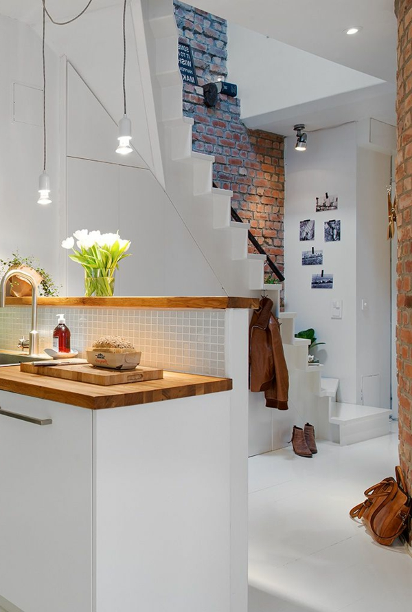 treppen-beleuchtung-moderne-und-frisch-aussehende-küche-in-weißer-farbe