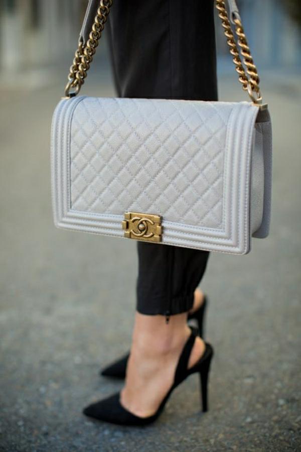 hellblaue-Chanel-Tasche-schwarze-Schuhe