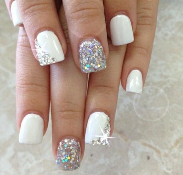 weiße-Gel-Maniküre-Glanz-Kristalle