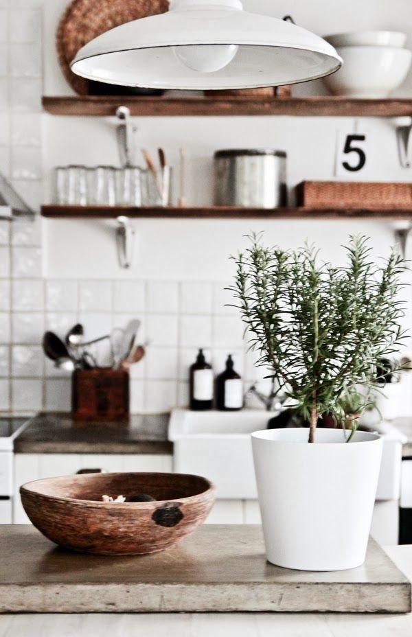 weiße-Landhausküche-natural-Holz-Geschirr-Regale-Blumentopf