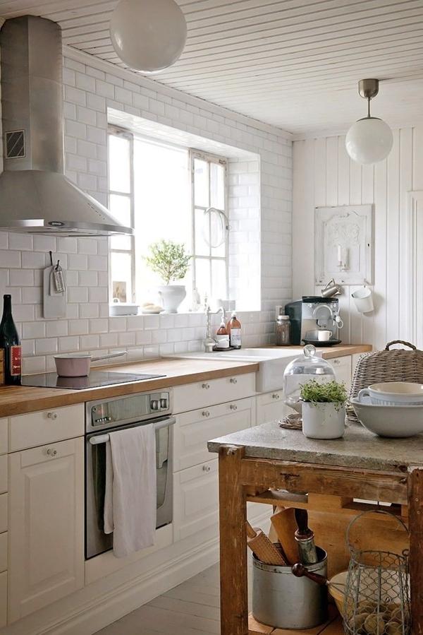weiße-Landhausküchen-Holz-Kugelleuchten-Fenster