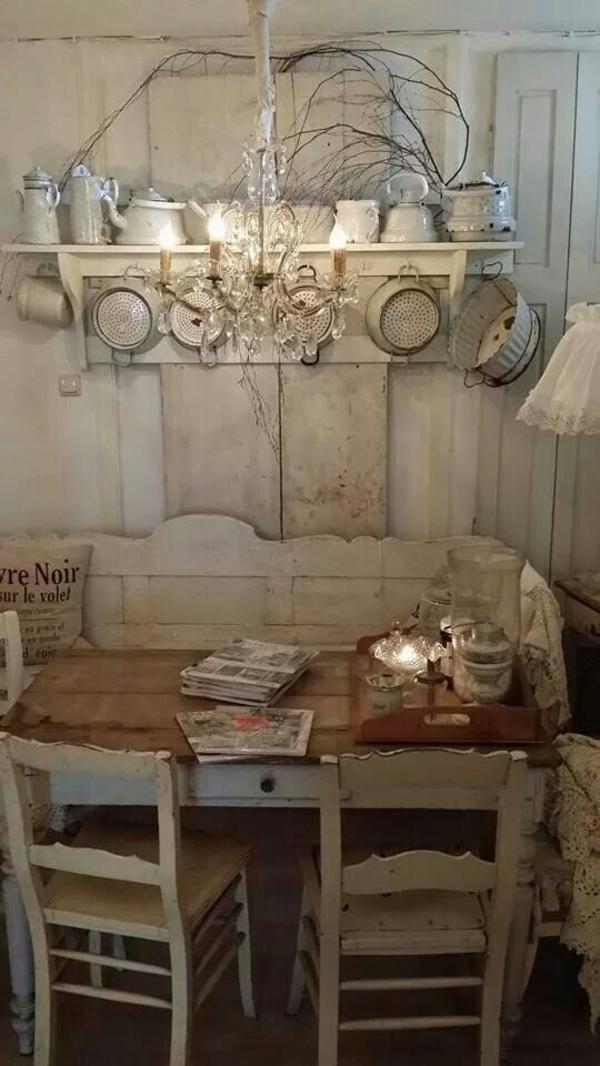 weiße-Vintage-Küche-Pfannen-Porzellan-Kronleuchter-Kristalle-Bank-Kissen-Spitze-Teekessel-Laterne