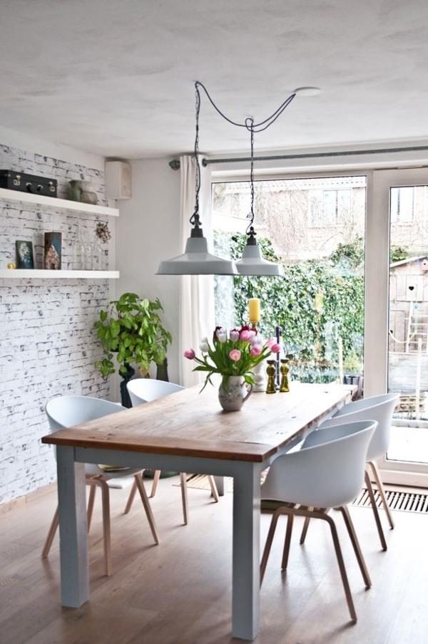 weiße-Ziegenküche-Tulpen-Hof-rein-Regale-Leuchten