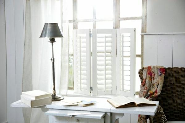 weiße-dekoration-für-landhaus-eine-graue-stehlampe