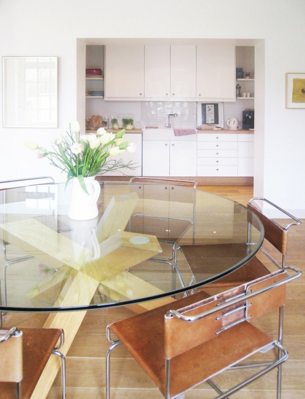 weiße-dekoration-für-landhaus-eleganter-gläserner-tisch-mit-runder-form