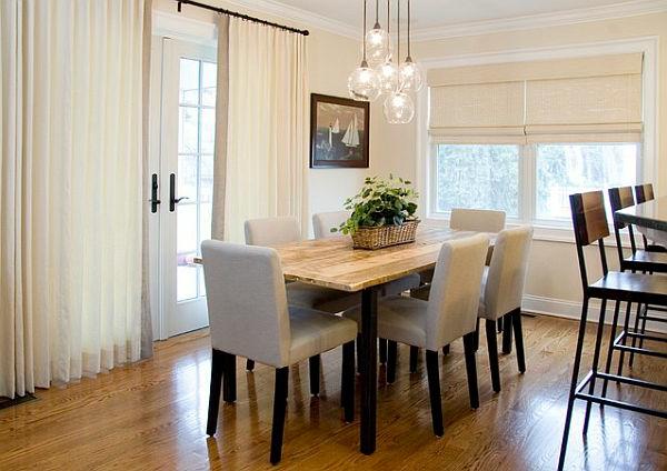 weiße-dekoration-für-landhaus-esstisch-und-stühle-in-taupe-farbe - hängende lampen