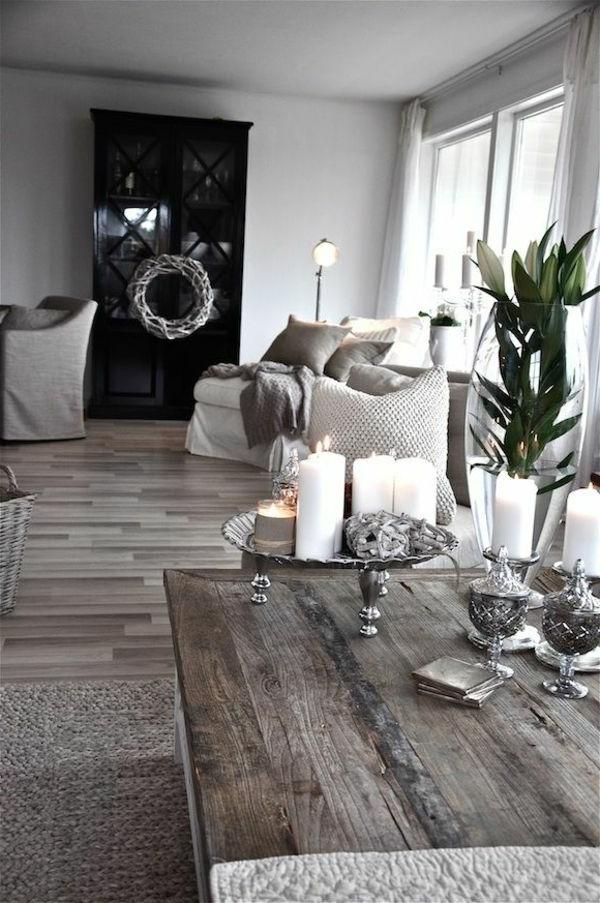 weiße-dekoration-für-landhaus-großer-hölzerner-tisch