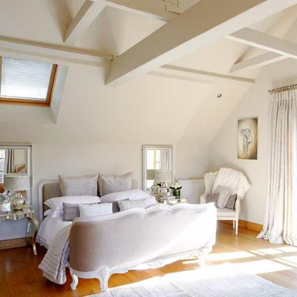 weiße-dekoration-für-landhaus-großes-bett-im-schlafzimmer