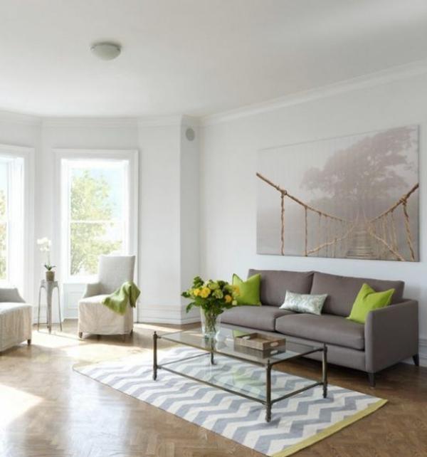 weiße-dekoration-für-landhaus-herrliches-interieur-graues-sofa