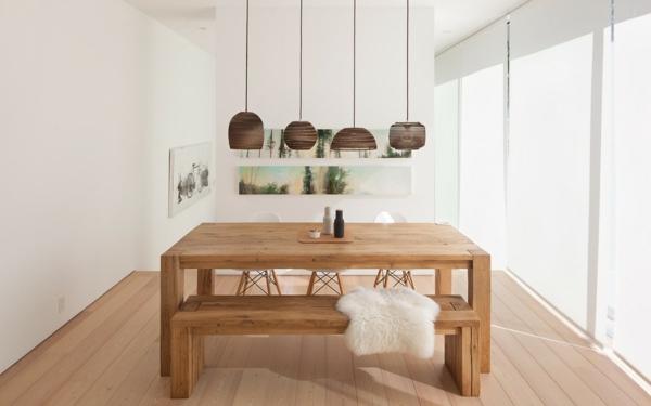 weiße-dekoration-für-landhaus-massivtisch-aus-holz
