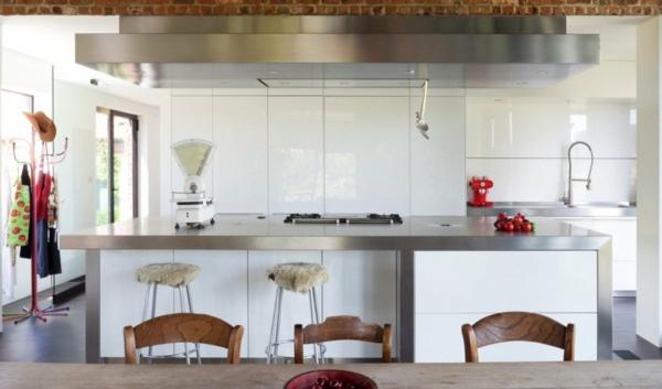 weiße-dekoration-für-landhaus-stühle-aus-holz