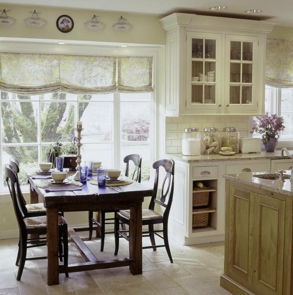 weiße-dekoration-für-landhaus-tisch-aus-holz-weiße-ausstattung
