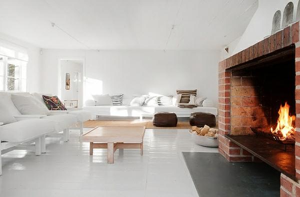 weiße-dekoration-für-landhaus-wunderschöner-kamin-weiße sofas