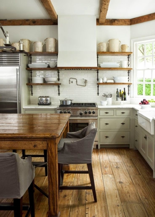 weiße-rustikale-Küche-Holz-Sessel-hölzerner-Esstisch-offene-Regale